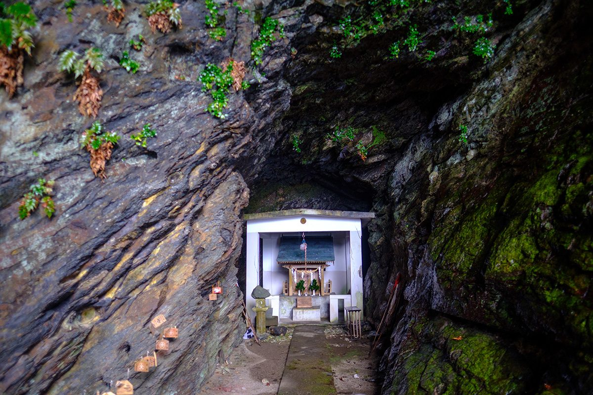 Books about Japan - Ocean side shrine in Yakushima - Yahazu Daké Jinja